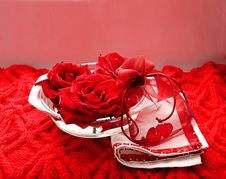 Free Scarlet Roses And Two Hearts Royalty Free Stock Images - 8073839
