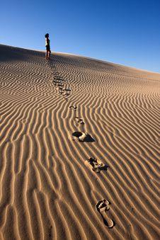 Free Girl Walking In Desert Royalty Free Stock Images - 8109609