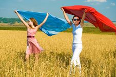 Free Two Young Beautiful Woman Running On The Field Royalty Free Stock Images - 8111669