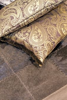 Free Golden Pillows Royalty Free Stock Images - 8141009
