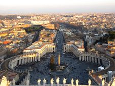Free Kind On Square San Pietro Royalty Free Stock Photography - 8173237