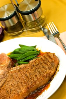 Free T-Bone Steak With Fresh Green Beans And Red Potato Royalty Free Stock Photos - 8181188
