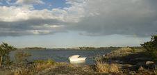 Free Boat Near A Island Royalty Free Stock Photography - 8189717
