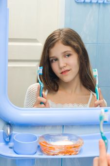 Free Girl To Decide Between The Two Toothbrushes Stock Photos - 8206603