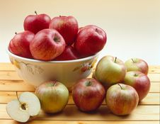 Free Apples On A Table Stock Photography - 8209342