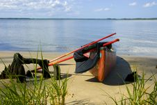 Free Canoe On The Shore Royalty Free Stock Images - 8219549