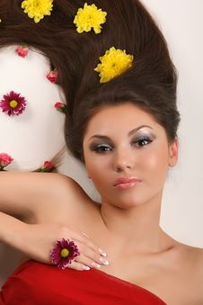 Free Woman With Flowers On Hair Royalty Free Stock Images - 8225639