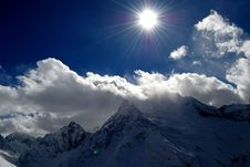 Free Snow Covered High Mountains Under Shining Sun Royalty Free Stock Photography - 8226137