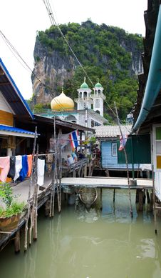 Free Muslim Floating Village Temple Royalty Free Stock Photography - 8237087