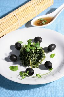 Free Spinach With Black Olives Royalty Free Stock Photography - 8241117