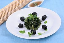 Free Spinach With Black Olives Royalty Free Stock Photography - 8241237