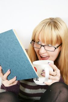 Woman Reading   With Cup Royalty Free Stock Photography