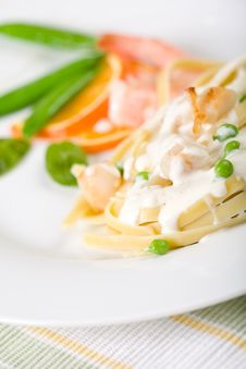Free Seafood Pasta With Peas Royalty Free Stock Images - 8253709
