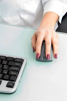Mouse In Hand And Keyboard Royalty Free Stock Photography