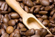 Free Wooden Scoop And Coffee Beans Royalty Free Stock Image - 8298286