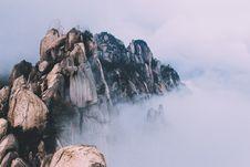 Free Rocky Ridge In Fog Royalty Free Stock Photography - 82900087