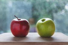 Free Red Apple Beside The Green Apple Royalty Free Stock Images - 82931019