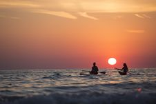 Free Man And Woman Boat Rowing In Sea During Golden Hour Royalty Free Stock Photos - 82934138