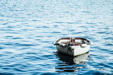 Free Brown And White Boat In The Middle Of The Ocean Royalty Free Stock Images - 82937259