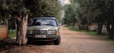 Free Green Mercedes Benz W123 Parked Near Tree Royalty Free Stock Photo - 82938155