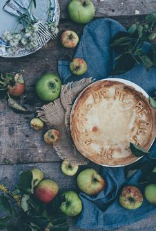 Free Round Pie Surround With Green Apple Fruits Stock Image - 82946091