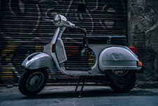 Free Gray Motor Scooter Stock Photography - 82947782