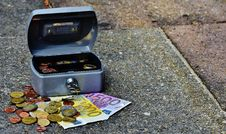 Free Lock Box With Bills And Coins Stock Images - 82947824