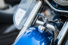 Free Harley Davidson Emblem On Top Front Of Blue Motorcycle Royalty Free Stock Images - 82948489