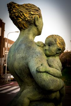 Free Mother And Chid Statue  Stock Image - 82948921