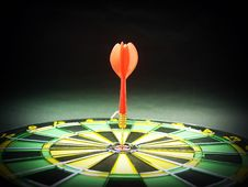 Free Dart Pin In The Middle Of Dartboard Stock Images - 82949384