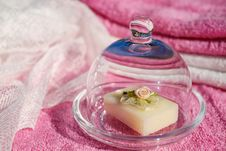 Free Towels And Soap Beside The Bath Royalty Free Stock Photos - 82949608