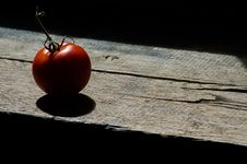 Free Tomato On Wooden Plank Stock Image - 82949821