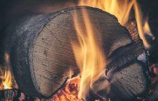 Free Burning Wood Stock Photo - 82951130