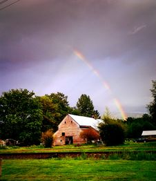 Free Rainbow Over Country Barn Royalty Free Stock Images - 82951969