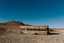 Free Abandoned Bus In Desert Royalty Free Stock Photo - 82955525