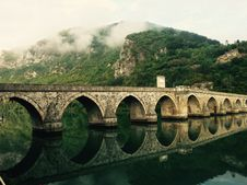 Free Stone Bridge Reflecting In River  Royalty Free Stock Photos - 82956418