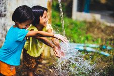 Free Children Playing In Fountain Stock Images - 82956654