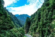 Free River Flowing Through Valley With Forest Royalty Free Stock Photography - 82956777