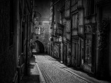 Free Cobblestone Street In Black And White Royalty Free Stock Photos - 82960618