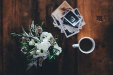 Free Coffee And Flowers On Old Wood Desk Stock Photo - 82961460