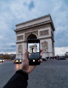 Free Photographing Arc De Triomphe With Phone Stock Photography - 82962512