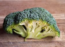Free Green Broccoli Vegetable On Brown Wooden Table Royalty Free Stock Image - 82963076