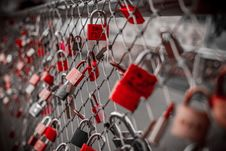 Free Red Padlock On Cyclone Fence Royalty Free Stock Photography - 82963527