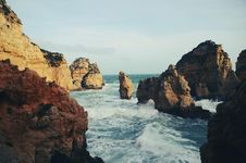 Free Brown Rock Formation On The Sea Wave Royalty Free Stock Photography - 82963927