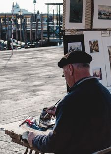 Free Man Wearing Black Hat And Black Sweater Painting In Street Stock Photos - 82964333