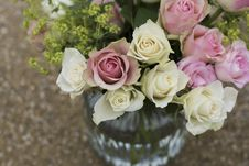 Free White And Pink Roses Inside Clear Glass Vase In Shallow Focus Photography Stock Images - 82976994