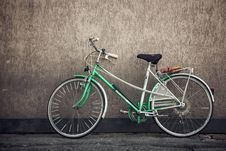 Free Green Bike Leaning Against Wall Royalty Free Stock Images - 82978269
