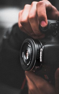 Free Person Holding Black Canon Dslr Camera Shallow Focus Photography Royalty Free Stock Photography - 82979337
