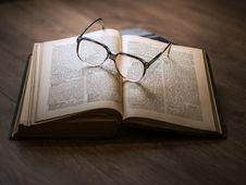 Free Eyeglasses On Book Stock Photo - 82979980