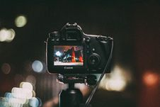 Free Digital Camera Focusing On Night Scene Royalty Free Stock Photos - 82980758